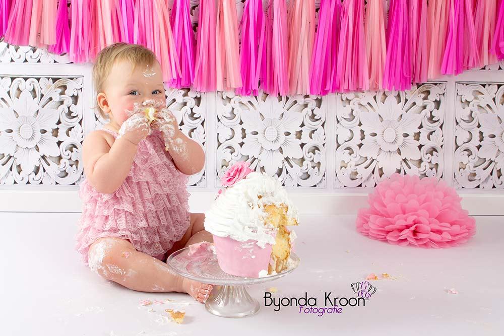 4.Cakesmash-meisje-roze cupcake-jarig