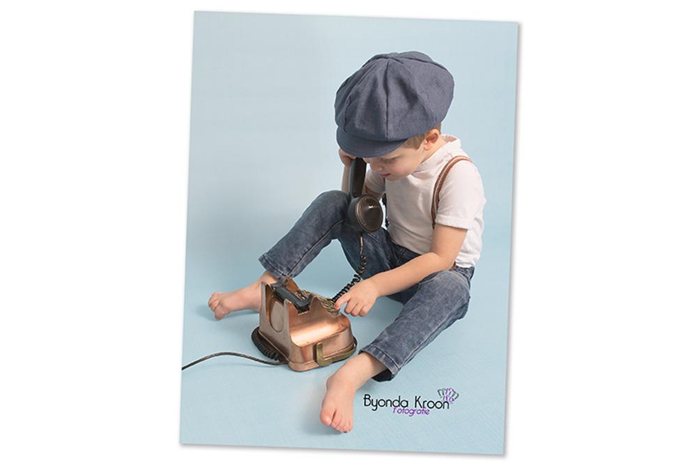 contact-jongen-vintage-retro-telefoon-kinderportret-kinderfotografie-blauw
